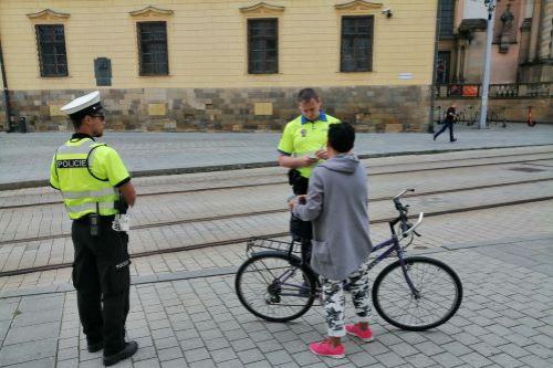 Strážníci: Koloběžkáři a cyklisti v Olomouci docela zlobí